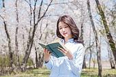여성, 봄, 벚꽃, 벚나무 (과수), 교외전경 (Setting), 여행, 책, 읽기 (응시)