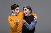 한국인, 아빠, 아들, 가족, 미소, 웃음, 밝은표정, 어깨동무, 하트 (컨셉심볼), 손짓