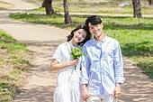 커플 (인간관계), 봄, 여유로운주말 (레저활동), 벚꽃, 데이트, 길, 손잡기 (홀딩), 미소