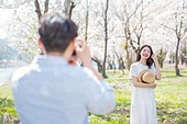 커플 (인간관계), 봄, 여유로운주말 (레저활동), 벚꽃, 데이트, 촬영, 포즈취하기 (사진촬영), 미소