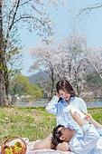 커플 (인간관계), 봄, 여유로운주말 (레저활동), 벚꽃, 데이트, 강변, 눕기 (몸의 자세), 미소