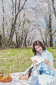 커플 (인간관계), 봄, 여유로운주말 (레저활동), 벚꽃, 데이트, 강변, 눕기 (몸의 자세), 미소, 행복