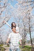 커플 (인간관계), 봄, 데이트, 미소, 만족, 행복, 팔들기 (제스처)