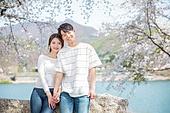 커플 (인간관계), 봄, 여유로운주말 (레저활동), 벚꽃, 데이트, 손잡기 (홀딩), 바위, 앉기 (몸의 자세), 미소