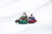 어린이 (인간의나이), 소년 (남성), 겨울, 썰매타기 (겨울스포츠), 썰매 (레크리에이션장비), 엄마, 플레이 (움직이는활동)