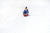 어린이 (인간의나이), 소년 (남성), 겨울, 썰매타기 (겨울스포츠), 썰매 (레크리에이션장비), 미소, 즐거움