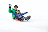어린이 (인간의나이), 소년 (남성), 겨울, 썰매타기 (겨울스포츠), 썰매 (레크리에이션장비), 미소, 즐거움, 플레이 (움직이는활동), 아빠, 웨이빙 (제스처)