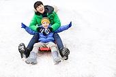 겨울, 미소, 손잡기 (홀딩), 썰매타기 (겨울스포츠), 어린이 (인간의나이), 타기, 남성, 아빠