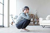 여성, 거실, 체중계, 다이어트 (체형관리), 실망 (슬픔), 앉기 (몸의 자세), 불만