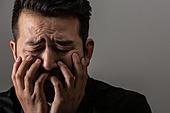 남성, 얼굴표정 (커뮤니케이션컨셉), 감정, 슬픔, 걱정, 주름 (물체묘사), 불안 (컨셉)