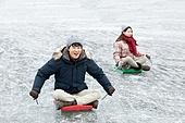 겨울, 빙판 (묘사), 썰매타기, 커플 (인간관계), 미소