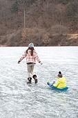 겨울, 빙판 (묘사), 썰매타기 (겨울스포츠), 엄마, 아들, 어린이 (인간의나이), 끌기, 미소