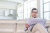중년 (성인), 거실, 신문