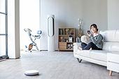 거실, 소파, 앉기 (몸의 자세), 스마트폰, 미소, 로봇청소기 (진공청소기), 블루투스