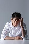 한국인, 한국인 (동아시아인), 뷰티, 의료성형뷰티 (주제), 의료성형뷰티, 피부, 걱정 (어두운표정), 숙고 (컨셉)