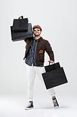 40-49세 (중년), 남성, 패션, 영포티, 멋 (컨셉), 쇼핑 (상업활동), 쇼핑백, 미소