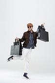 40-49세 (중년), 남성, 패션, 영포티, 멋 (컨셉), 쇼핑 (상업활동), 쇼핑백, 미소, 밝은표정, 점프