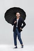 40-49세 (중년), 남성, 패션, 영포티, 멋 (컨셉), 우산 (액세서리), 미소