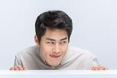 한국인, 한국인 (동아시아인), 추구, 탐닉, 찾기 (응시), 숨기, 숨기 (움직이는활동), 응시 (감각사용)