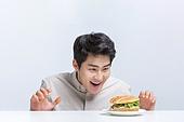 다이어트, 과식 (먹기), 폭식증 (섭식장애), 군것질, 나쁜습관, 음식, 식사, 체형관리, 체형관리 (건강한생활), 패스트푸드 (테이크아웃), 햄버거, 버거, 햄버거 (버거), 추구