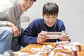청년 (성인), 청년문화, 드론, 동아리, 미소, 리모콘 (전기용품), 조절 (만지기)