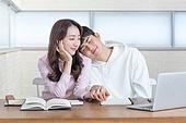 여성, 남성, 커플, 썸 (인간관계), 도서관 (교육시설), 손잡기, 어깨, 기댐