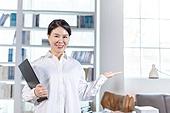 중년여자 (성인여자), 비즈니스우먼, 보험설계사 (금융직), 재취업, 안내 (컨셉), 미소