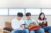 청년 (성인), 대학생, 게임, 스마트폰, 모바일게임, 경쟁 (컨셉), 미소