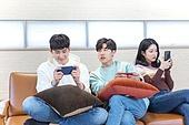 청년 (성인), 대학생, 게임, 스마트폰, 미소, 승리, 패배, 경쟁 (컨셉)