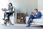 중년 (성인), 남성, 소파, 스마트폰, 휴식, 거실, 커뮤니케이션문제 (커뮤니케이션), 무관심