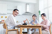 가족, 식사, 함께함 (컨셉), 미소, 밝은표정