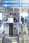 공항, 공항라운지 (공항), 출장, 비즈니스우먼 (사업가), 떠남, 승객, 승객 (여행하기), 여정, 한국인, 한국인 (동아시아인), 바퀴달린여행가방 (짐), 여행가방 (짐), 에스컬레이터, 공항터미널 (공항)