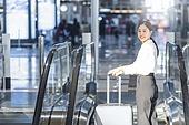 공항, 공항라운지 (공항), 출장, 비즈니스우먼 (사업가), 떠남, 승객, 승객 (여행하기), 여정, 한국인, 한국인 (동아시아인), 바퀴달린여행가방 (짐), 여행가방 (짐), 에스컬레이터, 여행, 공항터미널 (공항), 역 (교통수송시설), 기차역, 기차역 (역)