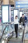 공항, 공항라운지 (공항), 출장, 떠남, 승객, 승객 (여행하기), 한국인, 한국인 (동아시아인), 바퀴달린여행가방 (짐), 여행가방 (짐), 에스컬레이터