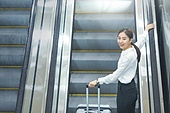 공항, 공항라운지 (공항), 출장, 비즈니스우먼 (사업가), 떠남, 승객, 승객 (여행하기), 여정, 한국인, 한국인 (동아시아인), 바퀴달린여행가방 (짐), 여행가방 (짐), 에스컬레이터, 여행, 공항터미널 (공항), 기차역 (역), 기차역