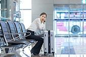 공항, 공항라운지 (공항), 출장, 떠남, 비행, 승객, 승객 (여행하기), 한국인, 한국인 (동아시아인), 바퀴달린여행가방 (짐), 여행가방 (짐), 지루함 (컨셉), 기다림 (정지활동), 김포공항, 공항터미널 (공항), 기차역 (역)