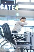 공항, 공항라운지 (공항), 출장, 떠남, 비행, 승객, 승객 (여행하기), 한국인, 한국인 (동아시아인), 바퀴달린여행가방 (짐), 여행가방 (짐), 지루함 (컨셉), 기다림 (정지활동), 김포공항, 공항터미널 (공항)