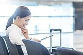 공항, 공항라운지 (공항), 출장, 떠남, 승객, 승객 (여행하기), 한국인, 한국인 (동아시아인), 바퀴달린여행가방 (짐), 여행가방 (짐), 디지털태블릿 (개인용컴퓨터), 디지털 (기술), 앉기, 앉기 (몸의 자세)
