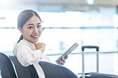 공항, 공항라운지 (공항), 출장, 떠남, 승객, 승객 (여행하기), 한국인, 한국인 (동아시아인), 바퀴달린여행가방 (짐), 여행가방 (짐), 디지털태블릿 (개인용컴퓨터), 디지털 (기술), 앉기, 앉기 (몸의 자세), 공항터미널 (공항)