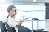 공항, 공항라운지 (공항), 출장, 떠남, 승객, 승객 (여행하기), 한국인, 한국인 (동아시아인), 바퀴달린여행가방 (짐), 여행가방 (짐), 디지털태블릿 (개인용컴퓨터), 공항터미널 (공항)