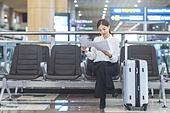 공항, 공항라운지 (공항), 출장, 떠남, 승객, 승객 (여행하기), 한국인, 한국인 (동아시아인), 여행가방 (짐), 서류, 문서업무 (컨셉), 서류 (인쇄매체), 공항터미널 (공항)