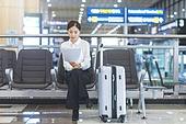 공항, 공항라운지 (공항), 출장, 떠남, 승객, 승객 (여행하기), 한국인, 한국인 (동아시아인), 바퀴달린여행가방 (짐), 여행가방 (짐), 서류, 문서업무 (컨셉), 서류 (인쇄매체)