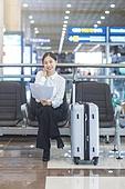 공항, 공항라운지 (공항), 출장, 비즈니스우먼 (사업가), 떠남, 승객, 승객 (여행하기), 한국인, 한국인 (동아시아인), 바퀴달린여행가방 (짐), 여행가방 (짐), 서류, 문서업무 (컨셉), 서류 (인쇄매체), 공항터미널 (공항)