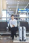 공항, 공항라운지 (공항), 출장, 떠남, 승객, 승객 (여행하기), 한국인, 한국인 (동아시아인), 바퀴달린여행가방 (짐), 여행가방 (짐), 문서업무 (컨셉), 서류 (인쇄매체), 공항터미널 (공항)