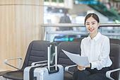 공항, 공항라운지 (공항), 출장, 비즈니스우먼 (사업가), 떠남, 사업가, 승객, 승객 (여행하기), 전문직, 한국인, 한국인 (동아시아인), 여행가방 (짐), 서류, 문서업무 (컨셉), 서류 (인쇄매체)