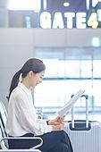 공항, 공항라운지 (공항), 출장, 비즈니스우먼 (사업가), 떠남, 승객, 승객 (여행하기), 한국인, 한국인 (동아시아인), 바퀴달린여행가방 (짐), 여행가방 (짐), 서류, 문서업무 (컨셉), 서류 (인쇄매체)