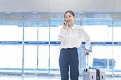 공항, 공항라운지 (공항), 출장, 떠남, 승객, 승객 (여행하기), 한국인, 한국인 (동아시아인), 바퀴달린여행가방 (짐), 여행가방 (짐), 통화중 (움직이는활동), 전화걸기 (움직이는활동), 전화걸기, 공항터미널 (공항), 역 (교통수송시설)
