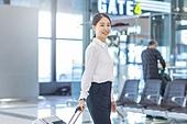 공항, 공항라운지 (공항), 출장, 떠남, 승객, 승객 (여행하기), 여정, 한국인, 한국인 (동아시아인), 바퀴달린여행가방 (짐), 여행가방 (짐), 여행, 떠남 (컨셉), 여행자 (역할), 김포공항