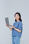 여성, 쾌활한표정 (밝은표정), 미소, 신입생 (학생), 노트북컴퓨터 (개인용컴퓨터)