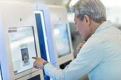 키오스크, 디지털화면 (문자), 공항, 공항터미널 (공항), 공항체크인카운터 (공항), 출입국 (사회현상), 디지털, 디지털 (기술), 노인 (성인), 노인남자 (성인남자), 노인문제, 역경 (컨셉), 디지털소외, 디지털소외 (컨셉)